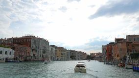 POV großartigen Chanal-Ausflugs in Venedig Italien Gondel geparkt auf Seite von chanel stock video
