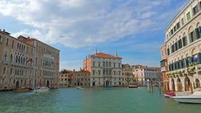 POV großartigen Chanal-Ausflugs in Venedig Italien Gondel geparkt auf Seite von chanel stock video footage