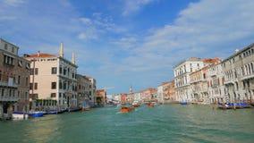 POV großartigen Chanal-Ausflugs in Venedig Italien Gondel geparkt auf Seite von chanel stock footage