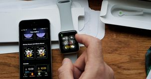POV-het unboxing en eerst looppas van Apple-Horlogereeks 3 Stock Foto's