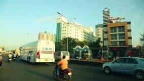 POV - Körning av bussen på chennaien, Indien på försommarmorgonen