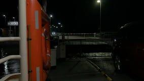 Pov krzyżuje Kiel cannal z promem przy Nobisfahre przy nocą zbiory wideo