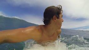 POV-Langzame Motie van de Surfer de Berijdende Golf stock videobeelden