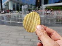 Pov-Lebensmittel, ein Kartoffelchip, der in London verbraucht wird stockbild