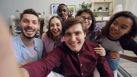 POV mężczyźni i kobiety robi wideo wywoławczemu patrzeje kamery mówieniu, gestykulować i zbiory wideo