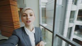 POV młody bizneswoman w kostiumu ma online wideo gadkę używać smartphone kamerę i opowiadający jego koledzy wewnątrz zdjęcie wideo