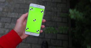 POV, mannelijke smartphone van de handholding met het lege scherm die in stad lopen