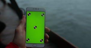 POV, mannelijke smartphone van de handholding met het lege scherm in schip