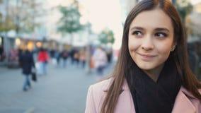 POV Obsługuje patrzeć pięknej dziewczyny ono uśmiecha się on, światło flirtuje na pierwszy dacie zbiory wideo