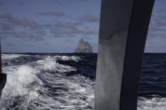 POV od łódkowatego chodzenia zdala od piłka ostrosłupa władyki Howe wyspy Australia zdjęcia stock
