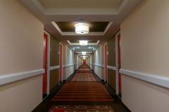 POV odprowadzenie w długim korytarzu zdjęcia stock