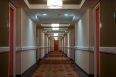 POV odprowadzenie w długim korytarzu fotografia royalty free