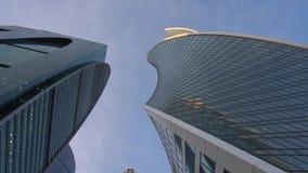 POV Paseo a través del distrito financiero Rascacielos modernos de diversas formas almacen de video