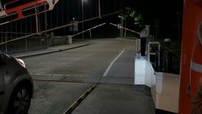 Pov po tym jak krzyżujący Kiel cannal z promem przy Nobisfahre samochodami waitting w linii, otwiera bramę zdjęcie wideo