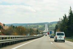 Pov-punkt av sikten av bilar på Autobahnhuvudvägen Royaltyfri Fotografi