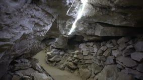 POV que camina a través del túnel apretado dentro de la cueva metrajes
