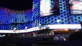 POV que conduce el último casino de Las Vegas en la noche almacen de video