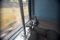 Pov-Reisender stützt in Zugwagen stockfotos