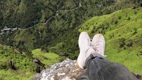 Pov-Schuss Wanderer, der auf dem Felsen mit einer Ansicht sitzt stock video footage