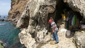 POV skjutit fotvandra och klättra över lägre Duden vattenfall nära Antalya med Fishermans under nedgången stock video