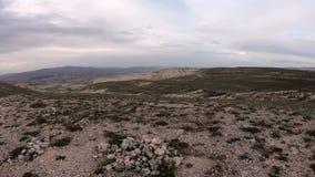 POV skjutit fotvandra till och med Rose Valley och den vita dalen i Cappadocia arkivfilmer