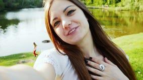 Pov-skott, ung lycklig kvinna som har video pratstund, video appell med hennes vänner eller familj Turist- vinka och samtal på stock video