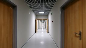 POV som går i en lång vit tom korridor lager videofilmer