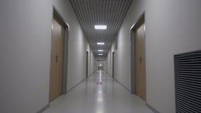 POV som går i en lång vit tom korridor arkivfilmer
