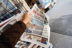 Pov som köper L den `-Alsace tidningen om Macron, studerar i Strasbourg Royaltyfria Bilder