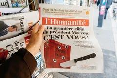 Pov som köper L `-Humanite tidning om Macron det nästa målet Royaltyfria Foton