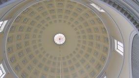 POV som upp till ser kupolen inom roman - katolsk kyrkabyggnad med sfärtaket stock video