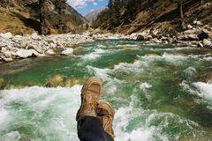 POV strzał podróżnik na moscie rzeka Zdjęcia Stock