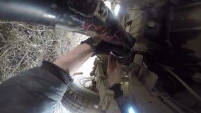 POV under axeln för propeller för bilmanreparation stock video