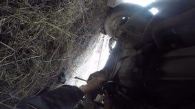 POV under axeln för propeller för bilmanreparation lager videofilmer