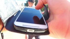 POV unter Verwendung Smartphones in der Menge stock footage