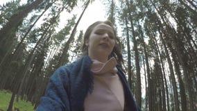 POV van achtervolgd panicked het jonge vrouw weglopen in berghout - stock video