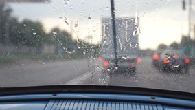 POV van de voorzetel aan windscherm van oude retro auto tijdens slecht weer Wissers die regendruppels verwijderen uit het venster stock videobeelden