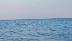 POV van een persoon op zee zoekend een kust stock videobeelden