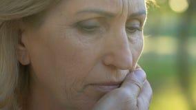 POV van gepensioneerde wat betreft vrouwengezicht, gerimpelde vrouw die hopeloos de mens bekijken stock videobeelden