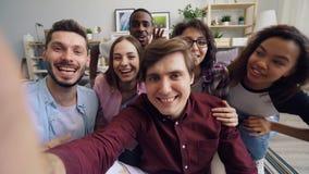 POV van mannen en vrouwen die videogesprek maken bekijkend en camera die spreken gesturing stock video