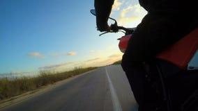 POV van van een snelle motorfiets wordt geschoten die op een gebogen weg drijven die stock videobeelden