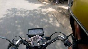 Pov-Video vom Reiter eines Motorrads, des Motorrades oder des Rollers auf einer Straße oder einer Landstraße, Vietnam stock footage