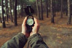 POV von Händen mit einem Kompass Lizenzfreies Stockbild