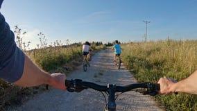 POV von zwei Kindern, die eine Fahrradfahrt auf die Landschaft mit ihrem Vater genie?en stock video footage
