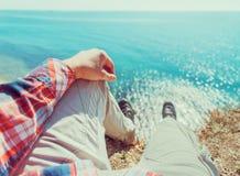 POV wizerunek mężczyzna obsiadanie na wybrzeżu Fotografia Stock