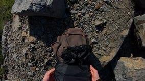 POV, wycieczkowicza mężczyzna turystyczny bierze torbę i iść w naturze