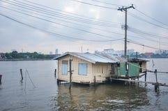 Povera capanna sulla riva del fiume Fotografie Stock Libere da Diritti