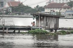 Povera capanna sulla riva del fiume Immagine Stock