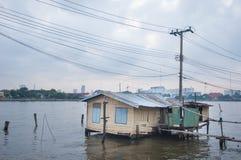 Povera capanna sulla riva del fiume Immagine Stock Libera da Diritti