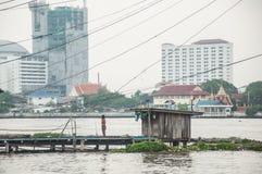 Povera capanna sulla riva del fiume Fotografia Stock Libera da Diritti